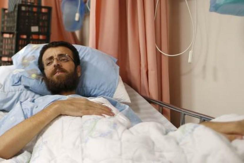 Jurnalis Palestina Mohamed Al-Qeq (33 tahun) dibebaskan dari tahanan oleh pemerintah Israel, Kamis (20/5), setelah mogok makan tiga bulan.