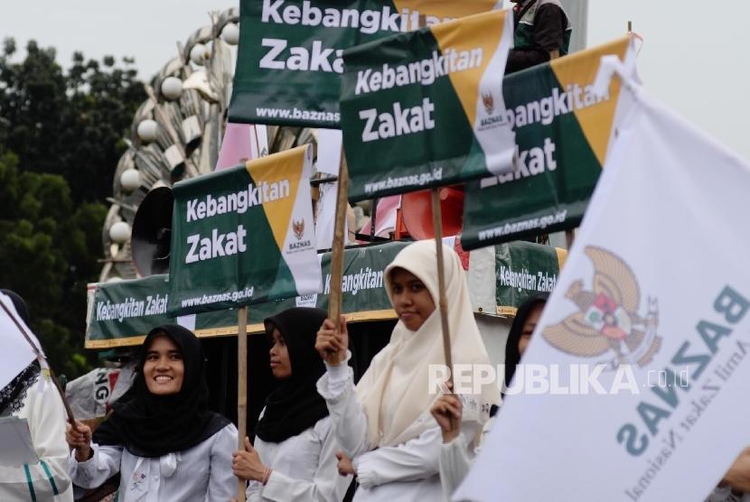 Karyawan Baznas melakukan aksi simpatik Kebangkitan Zakat di Bundaran Patung Kuda, Jakarta Pusat, Jumat (3/6).  (Republika/Yasin Habibi)