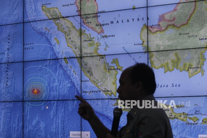[ilustrasi] Kepala Pusat Data dan Humas Badan Nasional Penanggulangan Bencana (BNPB), Sutopo Purwo Nugroho saat memberi keterangan pers terkait gempa yang melanda kepulaan Mentawai, Sumatra Barat di Kantor BNPB, Jakarta, Kamis (3/3).