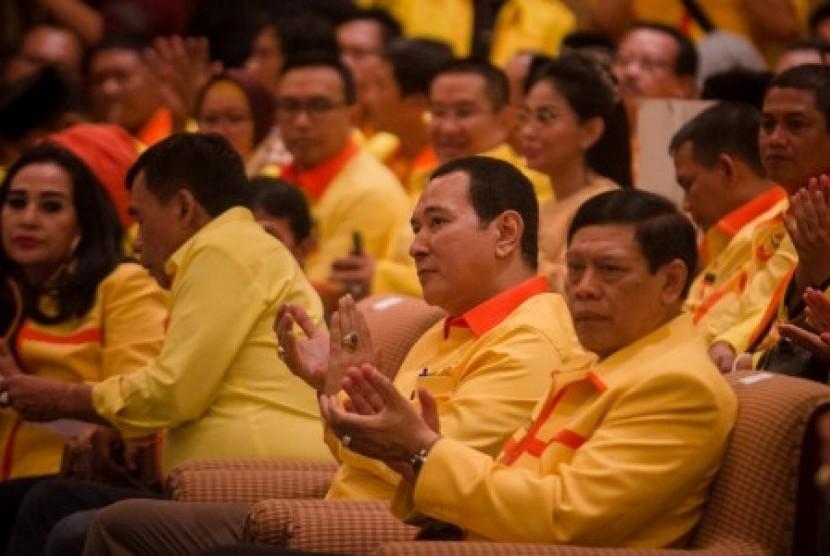 Ketua Dewan Pembina Partai Berkarya Hutomo Mandala Putra atau Tommy Soeharto (kedua kanan) didampingi Ketua Dewan Pertimbangan Tedjo Edhy Purdijatno (kanan) menghadiri Rapat Pimpinan Nasional (Rapimnas) III Partai Berkarya di Solo, Jawa Tengah, Sabtu (10/3). Rapimnas yang akan berlangsung hingga 13 Maret tersebut membahas strategi pemenangan Partai Berkarya di Pemilu Legislatif dan posisi politiknya pada Pilpres 2019.