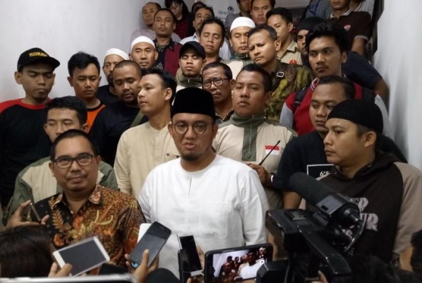 Ketua Pengurus Pusat Pemuda Muhammadiyah Dahnil Anzar Simanjuntak usai memberikan keterangan sebagai saksi atas kasus Novel Baswedan di Polda Metro Jaya pada Senin (22/1) malam..