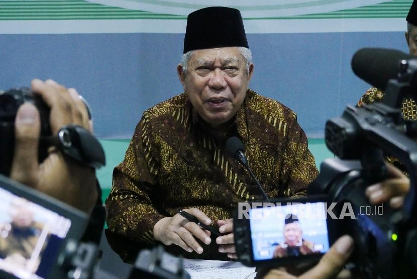 Ketua Umum MUI Ma'ruf Amin menjawab pertanyaan wartawan usai menyampaikan Tausiyah MUI menyambut datangnya bulan suci Ramadhan 1437 H, di Jakarta, Selasa (31/5). (Republika/Darmawan)
