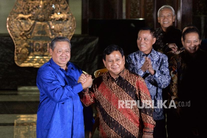 Ketua Umum Partai Demokrat Susilo Bambang Yudhoyono (kiri) melakukan salam komando dengan Ketua Umum Partai Gerindra Prabowo Subianto (kanan) seusai mengadakan pertemuan tertutup di Puri Cikeas, Bogor, Jawa Barat, Kamis (27/7).