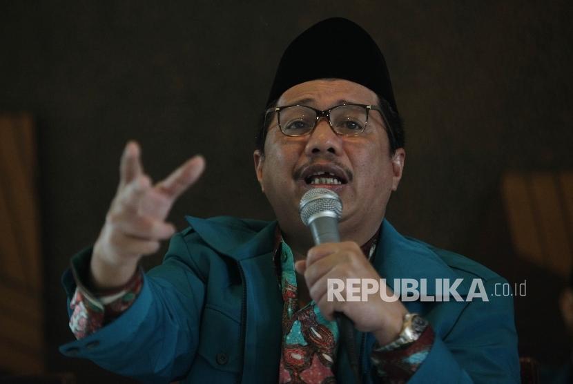 Ketua Umum Pengurus Pusat Persaudaraan Muslimin Indonesia (PP PARMUSI), Usamah Hisyam saat melakukan pernyataan sikap terhadap aksi kampanye LGBT di Jakarta, Jumat (19/2). (Republika/Rakhmawaty La'lang)