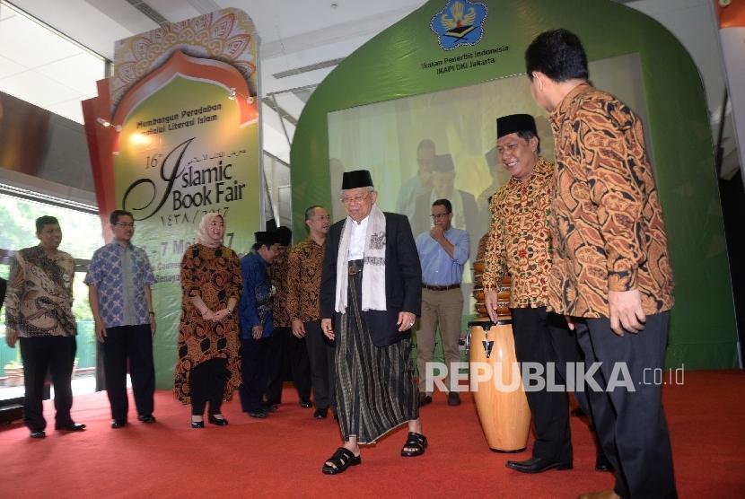 Ketum Majelis Ulama Indonesia (MUI) KH Ma'ruf Amin (tengah) seusai memukul tifa sebagai tanda Pembukaan Islamic Book Fair (IBF) 2017.