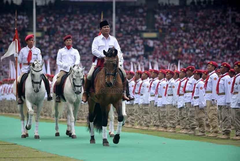 Ketua Dewan Pembina partai Gerindra Prabowo Subianto menunggangi kuda saat memeriksa satgas Gerindra di Hari Jadi partai Gerindra di Stadion Gelora Bung Karno, Jakarta Pusat, Ahad (23/3). (Republika/Agung Supriyanto)