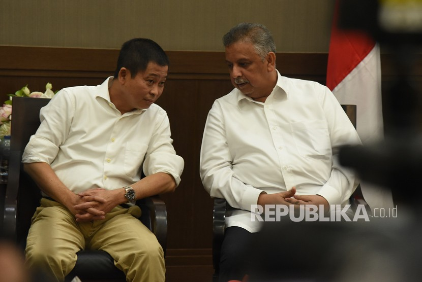 Menteri ESDM Ignasius Jonan (kiri) berbincang dengan Direktur Utama PT PLN (Persero) Sofyan Basir (kanan) di sela-sela melakukan jumpa pers penetapan harga Bahan Bakar Minyak (BBM) dan tarif listrik di Jakarta, Rabu (27/12).