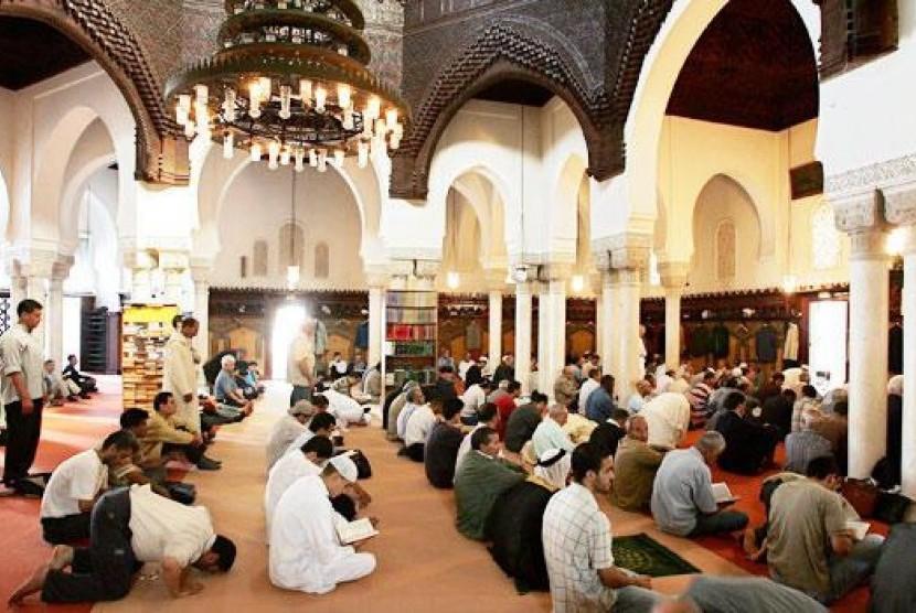 Muslim Prancis sedang menjalankan shalat di Masjid Agung (Ilustrasi) Paris