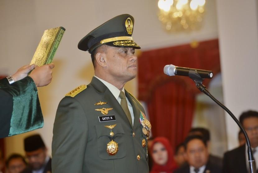 Panglima TNI Jenderal TNI Gatot Nurmantyo mengucapkan sumpah jabatan saat dilantik oleh Presiden Joko Widodo di Istana Merdeka, Jakarta, Rabu (8/7).