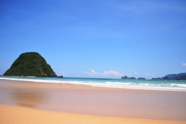 Hasil gambar untuk pantai pulau merah