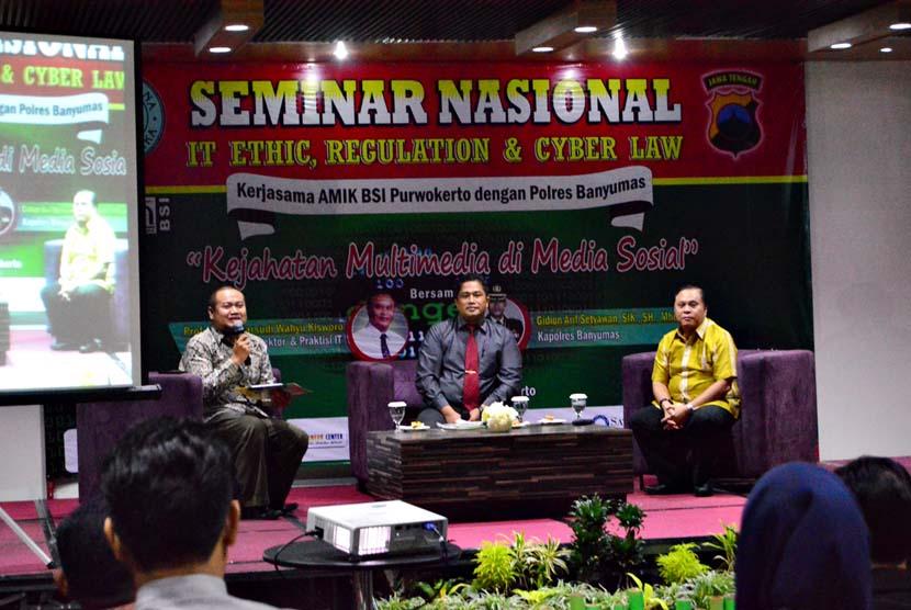 Para pembicara seminar IT, Ethic, Regulation & Cyberlaw di Purwokerto, Rabu (1/6).
