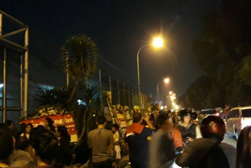 Para pendukung Ahok yang masih berorasi menuntut pembebasan Ahok di depan Rutan Cipinang, Jakarta, hingga Selasa (9/5) malam.