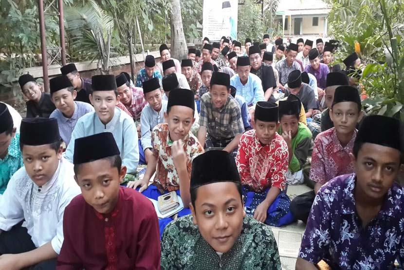Para santri Ponpes Darussalam Indramayu, Jawa Barat, aktif mengikuti kajian kitab yang diadakan setiap pagi dan sore.