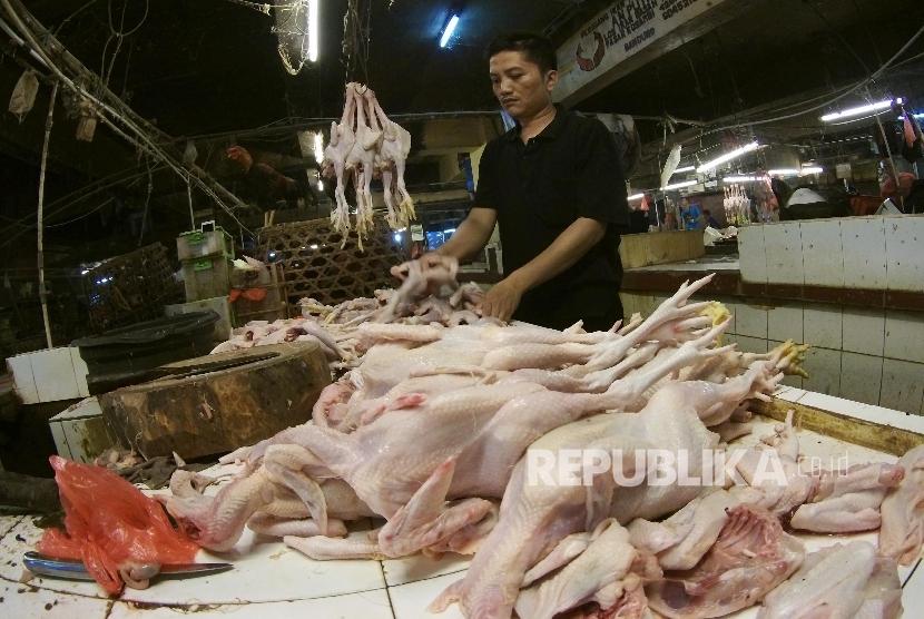 Pedagang daging ayam menunggu pembeli, di Pasar Kosambi, Kota Bandung, Kamis (21/1).