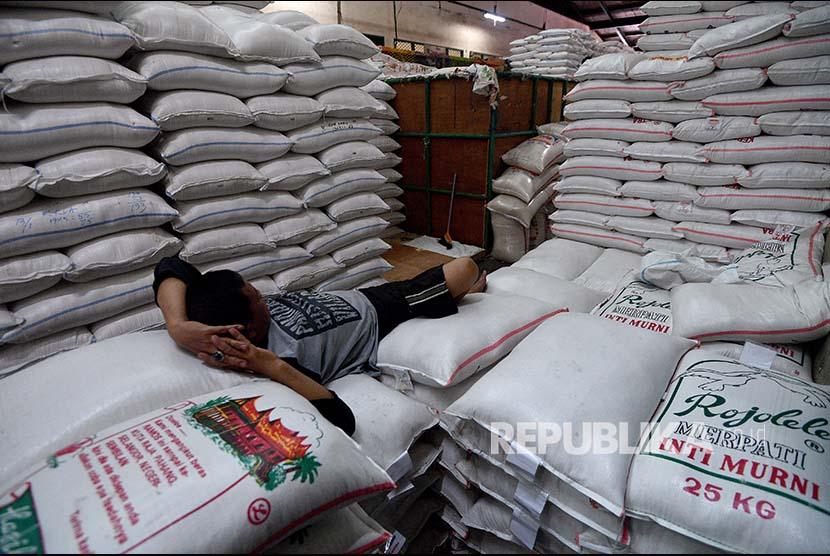 Pekerja beristirahat di atas tumpukan karung beras di Pasar Induk Beras Cipinang, Jakarta Timur, Jumat (19/1). Pemerintah bakal mengimpor beras sebanyak 500 ribu ton guna menambah pasokan beras nasional yang kini hanya tersisa dibawah satu juta ton beras sementara menurut Organisasi Pangan dan Pertanian (FAO) PBB negara seperti Indonesia harus mempunyai cadangan beras nasional berkisar 1,1 juta hingga 1,8 juta ton.