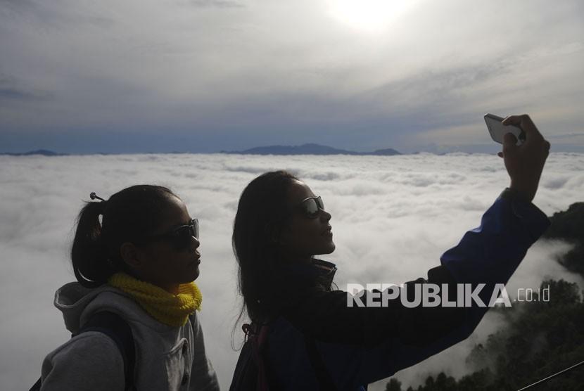 Wisatawan berswafoto (ilustrasi)