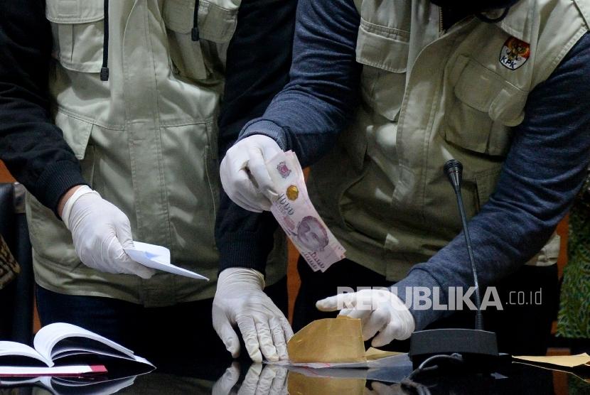 Penyidik KPK menunjukan barang bukti hasil Operasi Tangkap Tangan (ilustrasi)