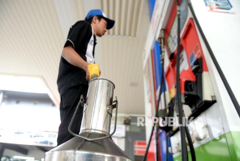 Petugas melakukan peneraan mesin secara berkala untuk BBM Premium di SPBU Pertamina, Jakarta, Ahad (13/3).
