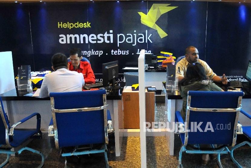 Petugas melayani wajib pajak yang ingin memperoleh informasi mengenai kebijakan amnesti pajak (tax amnesty). ilustrasi