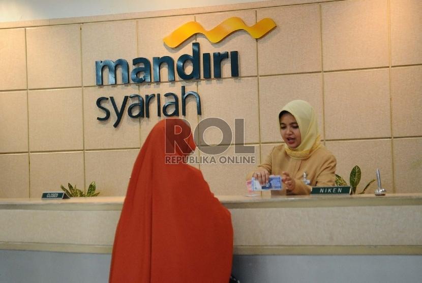Petugas sedang melayani nasabah di kantor Bank Syariah Mandiri (BSM), Jakarta.