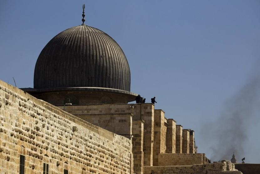 Polisi Israel mengambil posisi di atap al-Aqsa selama bentrokan dengan warga Palestina di Kota Tua Yerusalem.