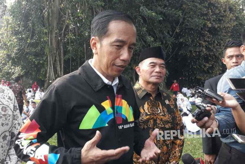 Presiden Jokowi menggunakan jaket bertuliskan Asian Games di bagian belakang saat bertemu perwakilan Osis seluruh Indonesia di Istana Kepresidenan, Bogor, Kamis (3/5).