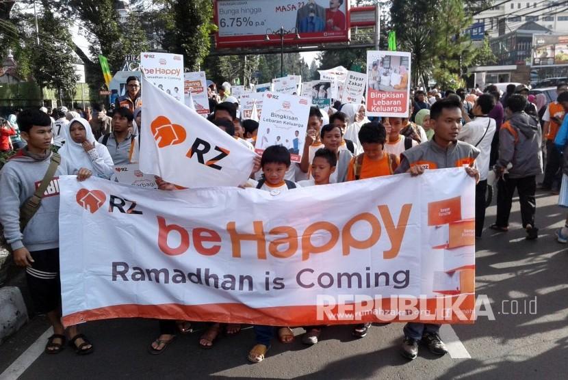 Ratusan peserta Tarhib Ramadhan Rumah Zakat (RZ) mengikuti pawai di Jl Ir H Djuanda, Kota Bandung, Ahad (30/5). (Foto: Dede Lukman Hakim)