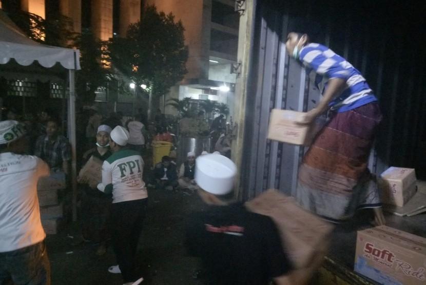 Relawan bahu-membahu dalam serah-terima bantuan logistik untuk peserta Aksi Bela Islam II di masjid Istiqlal, Jakarta, Jumat (4/11) dini hari.