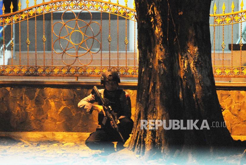 Sejumlah petugas Brimob berjaga pasca kerusuhan di Mako Brimob, Kelapa Dua, Depok, Jawa Barat, Rabu (9/5).