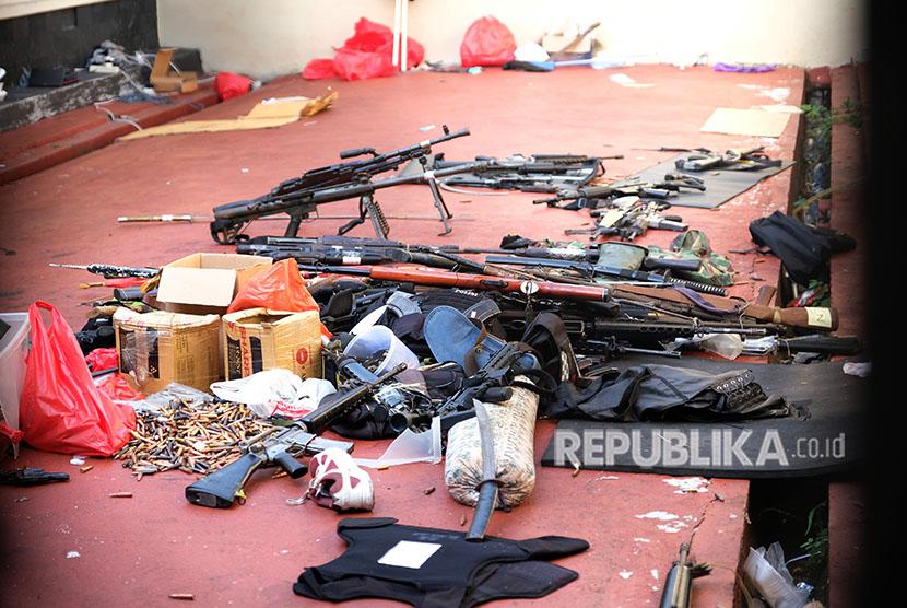 Senjata yang digunakan napi kasus terorisme dalam drama penyanderaan polisi teronggok di salah satu ruangan Rutan cabang Salemba di Mako Brimob, Kelapa Dua, Jakarta, Kamis (10/5).