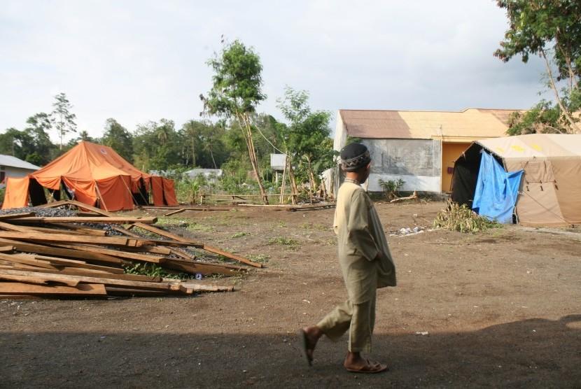Seorang anak melintas dan memandangi lahan musala asy-syuhada yang bangunannya sudah dibongkar