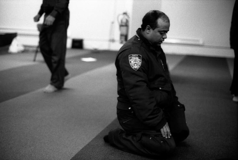 Seorang polisi lalu lintas Departemen Kepolisian New York (NYPD) sedang shalat di Manhattan.
