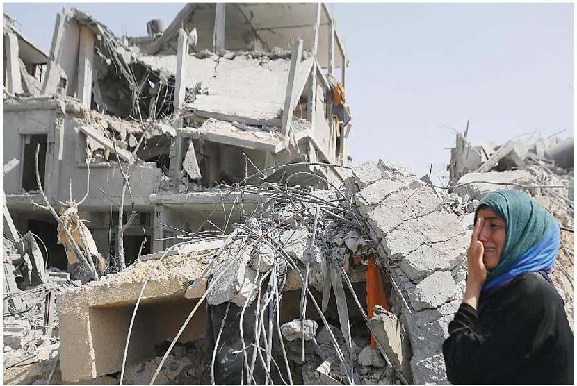 Seorang Warga Palestina menangis di depan reruntuhan rumahnya yang hancur dibom Israel di Beit Hanun, utara Jalur Gaza.