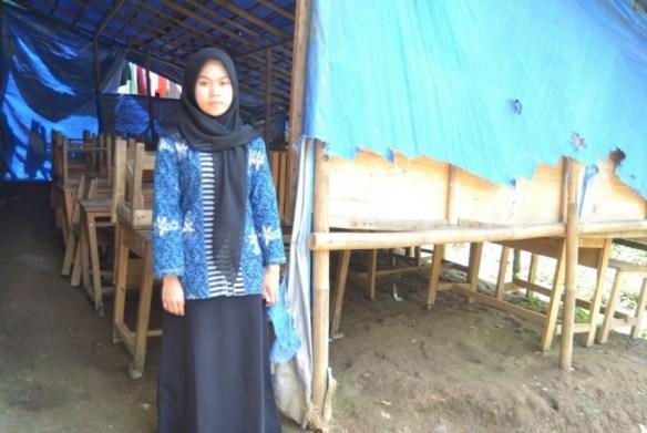 Siti Afifah (17) guru Kelas Jauh di nak-anak di Kelas Jauh SDN Sirna Asih, Kampung Cisarua, Kecamatan Cigudeg, Kabupaten Bogor.