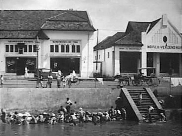 Suasana Batavia Tahun 1929. Warga mencuci dan membersihkan diri di sungaj Ciliwung .
