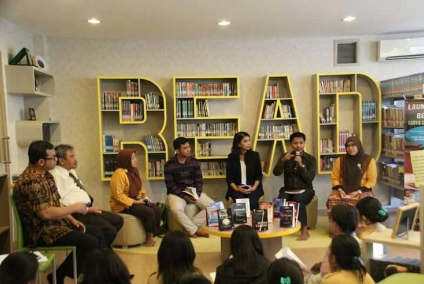 Suasana peluncuran dan bedah 10 buku karya siswa dan guru SMA Labschool Jakarta, Rabu (3/5).