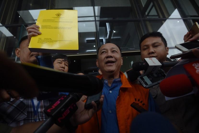 Tersangka kasus korupsi BLBI Syafruddin Arsjad Temenggung menunjukkan buku hasil pemeriksaan BPK seusai menjalani pemeriksaan, di gedung KPK, Jakarta, Kamis (21/12).