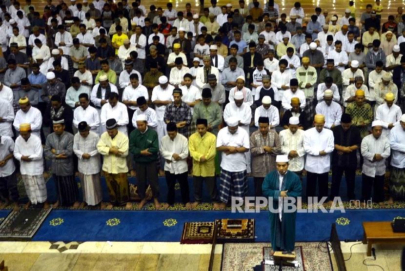Umat Muslim menjalankan ibadah shalat Taraweh pertama di Masjid Jakarta Islamic Centre (JIC), jakarta Utara.