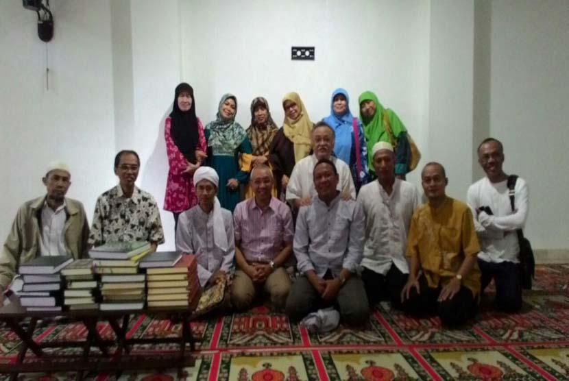 Ustadz Dr Achmad Nawawi bersama jamaah pengajian tafsir yang diadakan di Masjid Alumni IPB Bogor, Mei 2016.