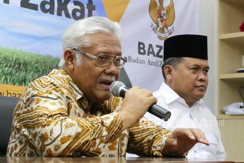 Wakil Ketua BAZNAS Zainulbahar Noor (kiri) didampingi Direktur Amil Zakat Nasional BAZNAS Moh Arifin Purwakananta memberikan keterangan pers kepada wartwan, di Jakarta, Selasa (7/6). (Republika/Darmawan)