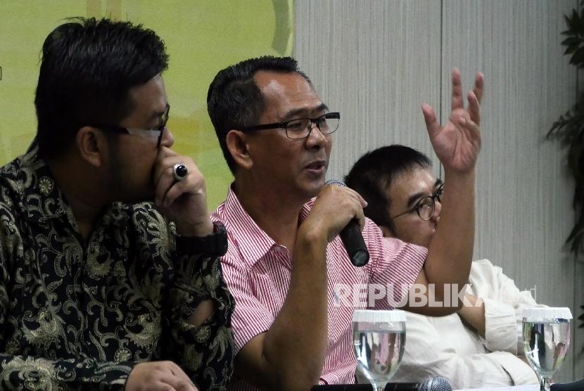 Wartawan Senior Harian Republika Nasihin Masha (tengah) saat menjadi pembicara pada diskusi hasil penelitian Indeks Kota Islami Indonesia, di Jakarta, Selasa (17/5).