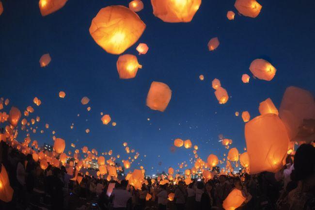 """夜風にきらめくスカイランタン。""""ハロウィンキャンプイベント""""神奈川で開催"""