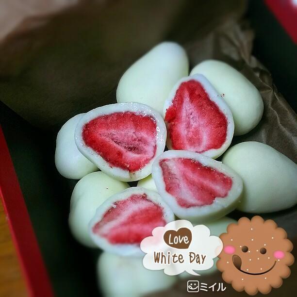 ホワイトチョコに包まれた 鮮やかなドライ苺!(880yen)