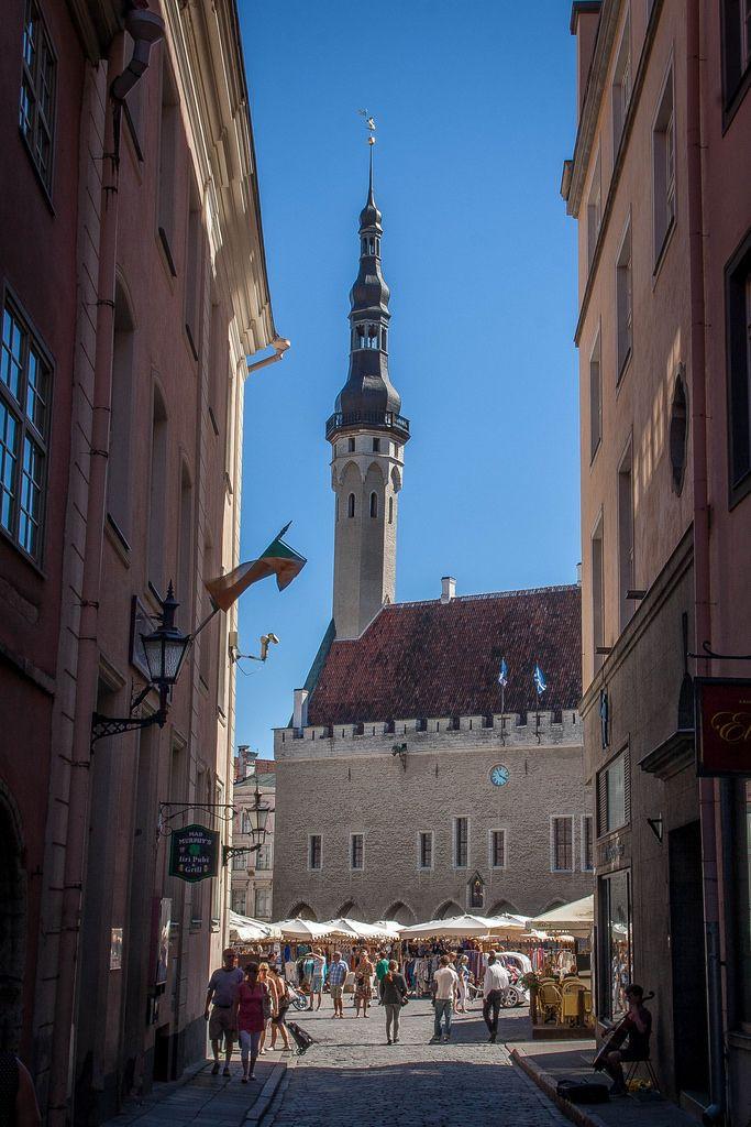 タリン歴史地区にあるラエコヤ広場。広場にある旧市庁舎は北欧の現在残っている最古のゴシック建築と言われています。旧市庁舎の塔は65メートル。登ってタリン歴史地区とラエコヤ広場を見下ろすこともできます。