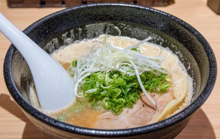 最寄り駅からは距離があるものの、ラーメン好きなら是非訪れてほしいのがここ。東京・大阪の人気ラーメン店で経験を積んだ店主だけあって、その実力は確か。ありふれた豚骨魚介ラーメンですが、その完成度は非常に高く、丁寧に作ればこの系統はやっぱり美味しいということを再認識させてくれます。とても無化調とは思えない濃厚な味わいながら後味は驚くほどスッキリ、好きだけどもうこの手のラーメンは食べ飽きたという方にこそ、是非食べていただきたい1杯です。魚粉のザラザラした食感もなく、それが苦手な方にも安心して勧められます。