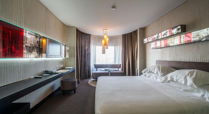 アメリカンスタイルのスタイリッシュな「ポルト パラシオ コングレス ホテル & スパ」。マッサージルーム付きの豪華なスパが自慢。屋上からはオレンジ屋根のポルトの街並みが見えるのが魅力的。ポルトはポルトガルの第二の都市。
