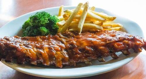 いままで紹介してきた牛肉のステーキがメインのお店とは異なり、こちらの「トニーローマ」は「バーベキューリブ」の名店。バーベキューリブとは豚のあばら骨あたりのお肉を、甘辛いバーベキューソースで焼いたもの。このお店のものはレギュラーサイズでも骨9本分と、とてもボリューミー。ナイフやフォークを使わずに豪快にかぶりつくのがおすすめです。