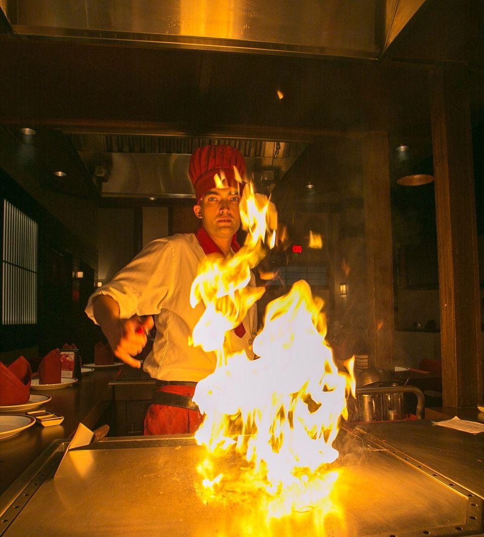 目の前の大きな鉄板で焼きあげられるステーキは、炎の料理ショーという感じで一見の価値あり。店員さんはフレンドリーでサービス精神旺盛。旅先ならではの非日常感を盛りあげてくれます。