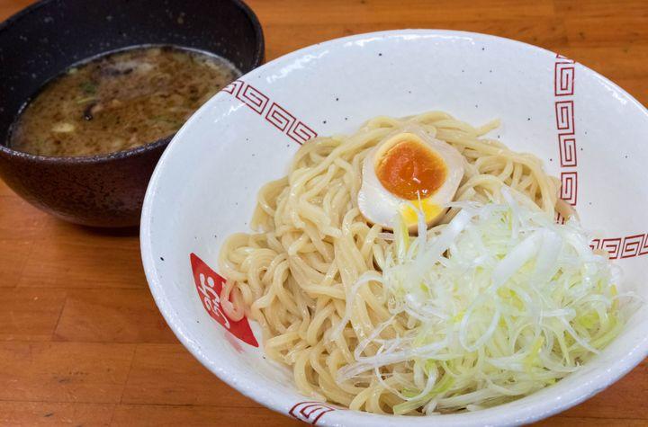 実は、大阪市内で筆者の1番好きなラーメン屋がこちら。丁寧に作る鶏白湯がウリで、サラリとしつつもしっかりコクがあって非常に美味。鶏白湯を提供するお店はどんどん増えているものの、他のどことも違う独特の仕上がりで、これは絶対に1度は味わっておくべき。そして自家製麺がまたそれ以上に素晴らしく、ツルツルの喉越しに加えて麺自体の味が抜群にいいんです。この麺にスープが合わされば、まさに鬼に金棒。今回紹介したつけ麺は勿論、できればラーメンも食べてみてほしい。時折、限定ラーメンもやっているようです。