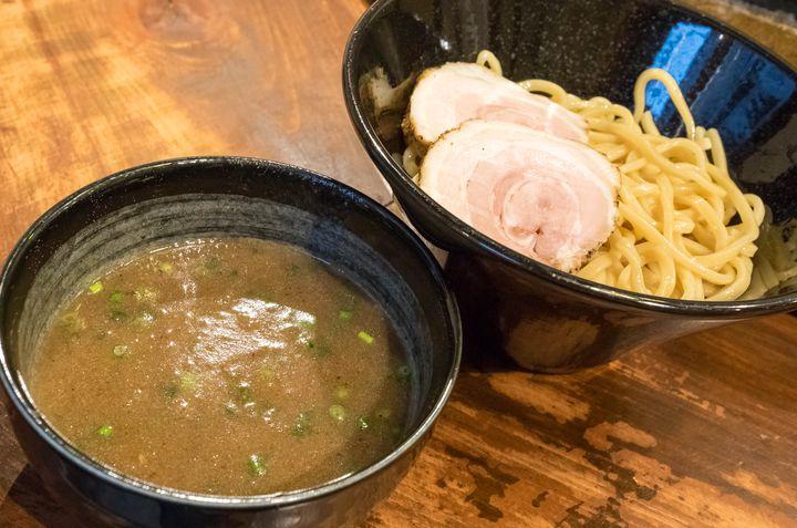 大阪屈指のラーメン激戦区・福島で、日曜限定で営業している超濃厚豚骨つけ麺のお店がこちら。スープは濃厚民族の期待を裏切らないドロリとした仕上がりで、食べ終わる頃には口の周りがベタベタになる程。ただ実はスープに脂は使っておらず、このドロドロはあくまでコラーゲンによるもの。そのため、思ったよりはくどくないはずです。そしてこれだけスープが濃いと太麺との相性も抜群で、とにかく麺にスープが絡みまくります。魚介の入らないこういった豚骨つけ麺は大阪では珍しい印象で、そういう意味でも面白い存在だと思います。